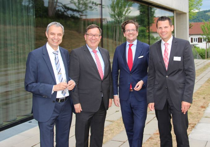 From left to right: President Prof. Dr. Gerhard Schneider, Thomas Spitzenpfeil, CFO of Carl Zeiss, Prof. Dr. Ingo Scheuermann and Prof. Dr. Patrick Ulrich are excited about the new Aalen Management Institute.