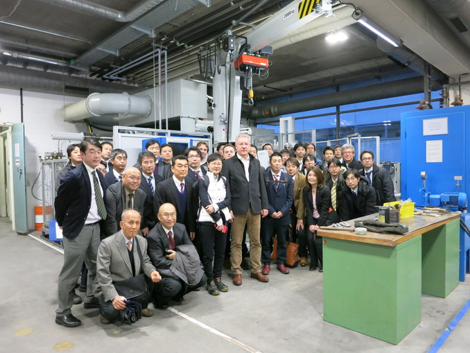 Prof. Dr. Lothar Kallien with the delegation from the Japanese Foundry Association in the university's foundry