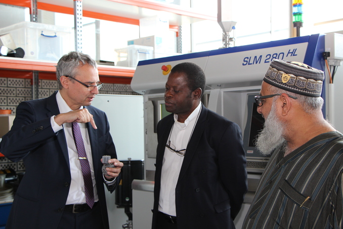 University President Prof. Dr. Gerhard Schneider in conversation with his colleague from the Catholic University of Mozambique, Prof. Dr. Alberto Ferreira (centre), and Amuji Suleimane Esep, mayor of Vilankulo