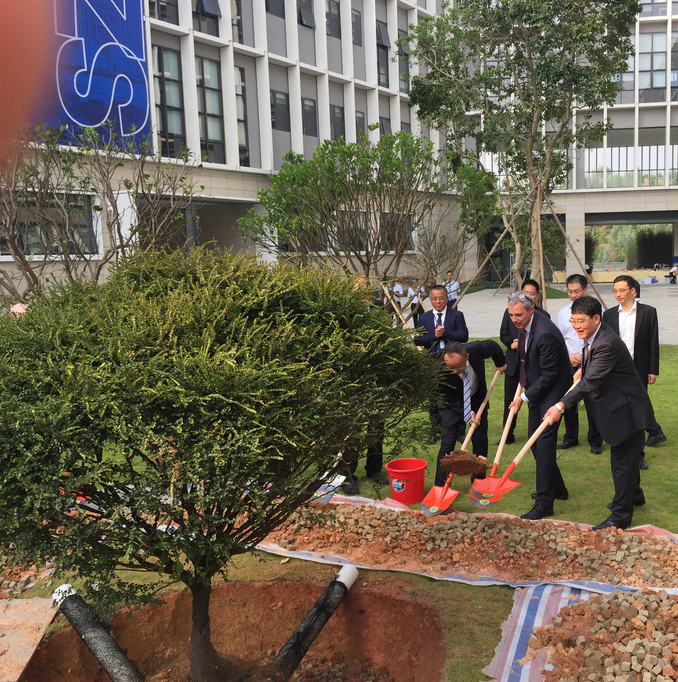 A tree as a symbol for the relationships between the Chinese Shenzhen Technology University (SZTU) and their partner universities: Prof. Dr. Gerhard Schneider, Rector of Aalen University, and SZTU-President Prof. Ruan Shuangchen (front right) actively assist with the planting.