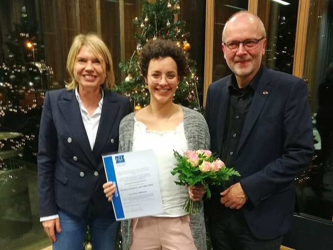 The prize holder Fiona Wißmann in the middle, right Prorector Prof. Dr. Harald Riegel, left the academic dean Prof. Dr. Anna Nagl