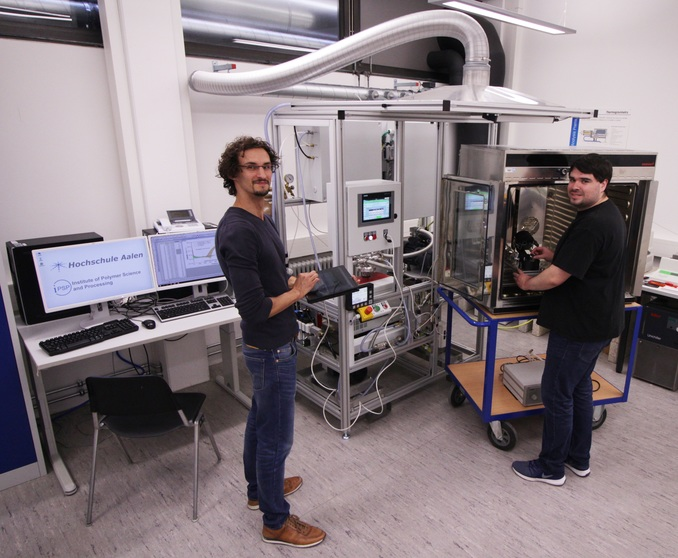Marcel Spadaro (l) and Dennis Jahn from Aalen University track the smallest leakages with the new helium leakage measuring device. Photo: © Aalen University | Shalem Indrupati
